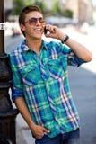 Jonge mens die mobiele telefoon met behulp van Stock Foto's