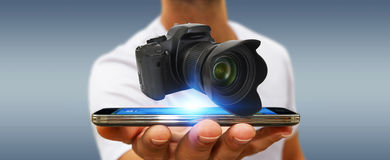 Jonge mens die moderne camera met behulp van Stock Foto's