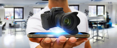 Jonge mens die moderne camera met behulp van Royalty-vrije Stock Foto's