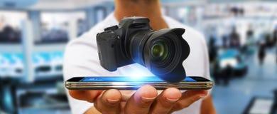 Jonge mens die moderne camera met behulp van Stock Foto