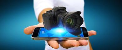 Jonge mens die moderne camera met behulp van Royalty-vrije Stock Afbeelding