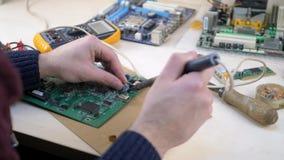 Jonge Mens die Motherboard van PC herstellen stock footage