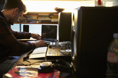 Mens Die Muziek Op Computer In Slaapkamer Samenstellen Stock Foto ...