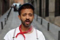 Jonge mens die na de ademhaling van vuile lucht hoesten stock afbeelding