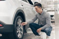 Jonge mens die nieuwe auto kopen bij het handel drijven royalty-vrije stock foto