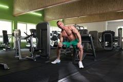 Jonge Mens die Oefening voor Bicepsen met Domoor doen Stock Afbeeldingen