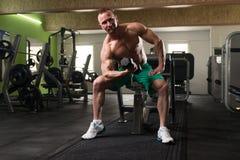 Jonge Mens die Oefening voor Bicepsen met Domoor doen Stock Foto