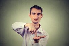 Jonge mens die om meer geld vragen achterschuld te betalen Stock Afbeelding