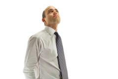 Jonge mens die omhoog op een witte achtergrond kijkt Stock Afbeelding