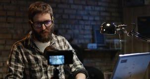 Jonge mens die op camera in een workshop spreken royalty-vrije stock foto