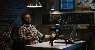 Jonge mens die op camera in een workshop spreken royalty-vrije stock afbeelding
