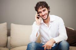 Jonge mens die op de telefoon spreekt Stock Foto's