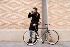 Jonge mens die op de telefoon spreken Stock Afbeeldingen