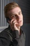 Jonge Mens die op de Telefoon van de Cel spreekt Stock Fotografie