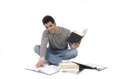 Jonge mens die op de vloer bestudeert Royalty-vrije Stock Afbeelding