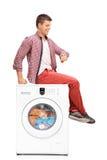 Jonge mens die op de wasserij wachten Stock Fotografie