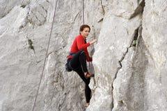 Jonge mens die op een kalksteenmuur beklimmen met brede vallei op de achtergrond Royalty-vrije Stock Afbeelding