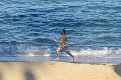 Jonge mens die op het strand loopt Royalty-vrije Stock Fotografie