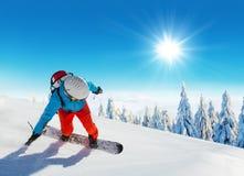 Jonge mens die op piste ski?en royalty-vrije stock foto