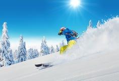 Jonge mens die op piste ski?en royalty-vrije stock foto's