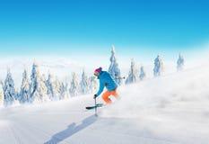Jonge mens die op piste ski?en stock foto's