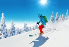 Jonge mens die op piste ski?en stock foto