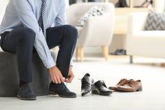 Jonge mens die op schoenen proberen royalty-vrije stock foto's