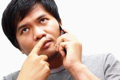 Jonge mens die op slimme telefoon thuis spreken Royalty-vrije Stock Afbeelding