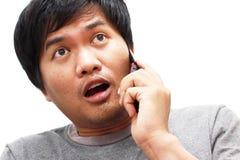 Jonge mens die op slimme telefoon thuis spreken Royalty-vrije Stock Fotografie