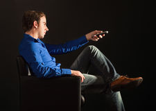 Jonge mens die op TV let Royalty-vrije Stock Foto's
