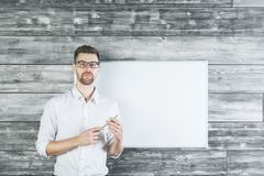 Jonge mens die op whiteboard richten Royalty-vrije Stock Fotografie