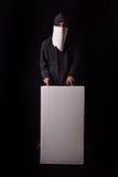 Jonge mens die op zijn gezicht een witte sjaal dragen om te zijn geen erkende Stock Foto's