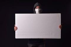 Jonge mens die op zijn gezicht een witte sjaal dragen om te zijn geen erkende Royalty-vrije Stock Fotografie