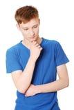 Jonge mens die over een probleem denkt Stock Fotografie