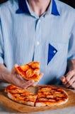 Jonge mens die pizza Margherita eten Royalty-vrije Stock Foto's