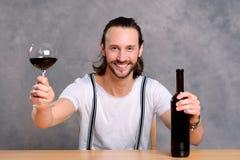 Jonge mens die rode wijn drinkt Royalty-vrije Stock Afbeelding