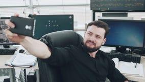 Jonge Mens die Selfie nemen op het Werk stock videobeelden