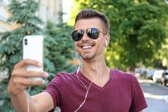 Jonge mens die selfie in openlucht nemen Stock Afbeelding