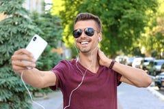 Jonge mens die selfie in openlucht nemen Royalty-vrije Stock Afbeelding