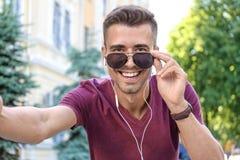 Jonge mens die selfie in openlucht nemen Stock Foto's