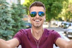 Jonge mens die selfie in openlucht nemen Royalty-vrije Stock Fotografie