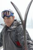 Jonge Mens die Ski Goggles On Head dragen royalty-vrije stock afbeeldingen