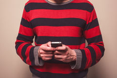 Jonge mens die slimme telefoon met behulp van Royalty-vrije Stock Afbeeldingen