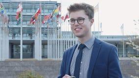 Jonge mens die sms en telefoon met behulp van verzenden stock video