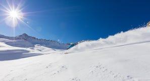 Jonge mens die snowboarder bergaf in poedersneeuw lopen, Alpiene mo stock afbeeldingen