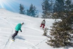 Jonge mens die snowboarder de helling in Alpiene bergen reduceren De wintersport en recreatie, vrije tijds openluchtactiviteiten  royalty-vrije stock foto