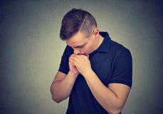 Jonge mens die in stilte bidden stock afbeeldingen