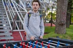 Jonge mens die tablefootball in een park in Moskou spelen stock fotografie