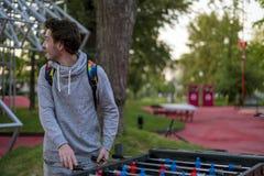 Jonge mens die tablefootball in een park in Moskou spelen stock afbeeldingen