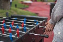 Jonge mens die tablefootball in het park in Moskou spelen royalty-vrije stock afbeeldingen